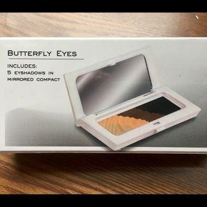 Makeover Essentials. Eyeshadows & Mirror Compact